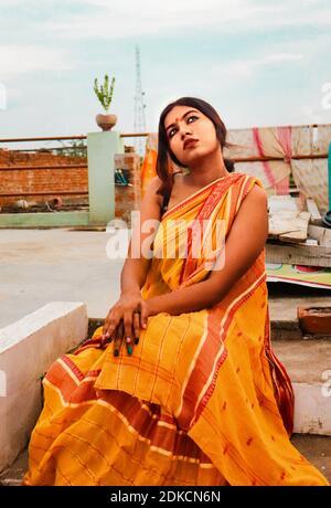 Ragazza indiana che indossa il suo vestito tradizionale Saree