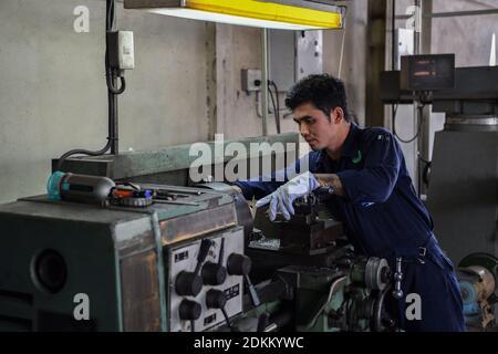 Meccanico che lavora nell'industria