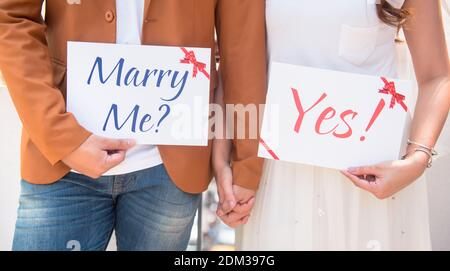 Sezione centrale di Couple Holding Papers with Text