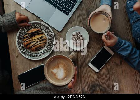 Vista ad alto angolo di caffè e panini Foto Stock
