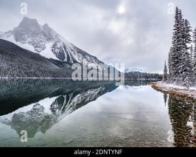 Lago Smeraldo in inverno, Banff National Park, Alberta, Canada Foto Stock