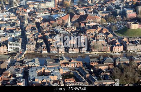 Vista aerea (da ovest verso est) del fiume Ouse a York, intorno a Foss Bridge, North Yorkshire, Regno Unito Foto Stock
