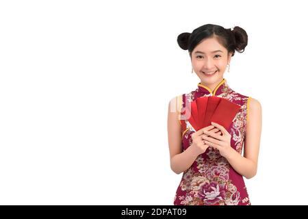 Ritratto di bella donna che indossa abito cinese che tiene buste contro sfondo bianco