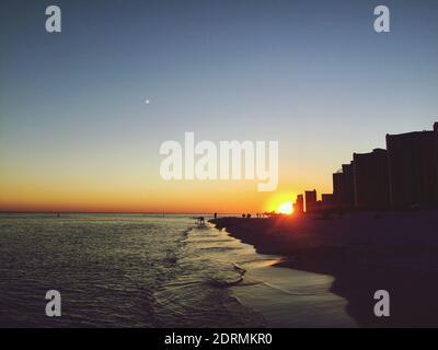 Vista panoramica del mare contro il cielo chiaro al tramonto
