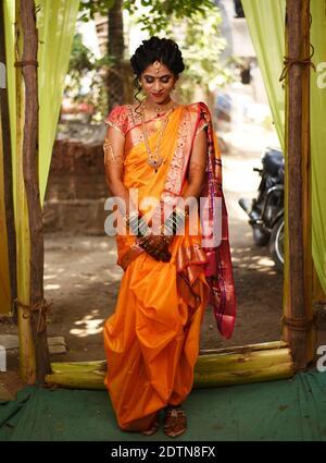 Lunghezza intera della sposa che indossa Sari