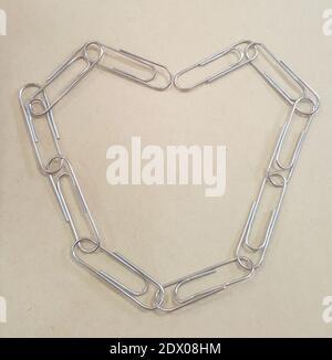Forma del cuore delle clip di carta sul tavolo