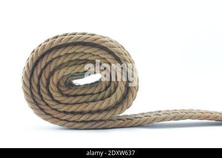 Primo piano della corda arrotolata contro sfondo bianco
