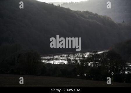 Il fiume Wye esplode la sua riva in un'inondazione notturna lungo la Wye Valley, Galles. I livelli del fiume possono ancora diventare più alti.