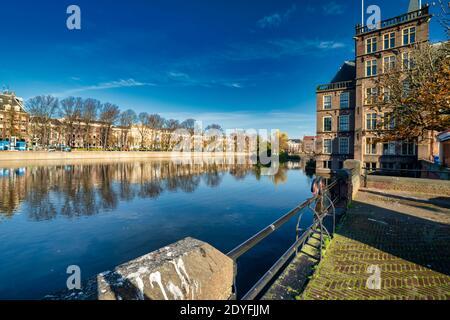 L'Aia, Paesi Bassi - 9 novembre 2020: Parco quasi desertato vicino allo stagno della città. Parco visto sull'acqua Covid-19 pandemia concetto: COVID