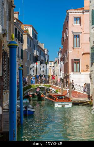 Vista su un piccolo ponte su un canale stretto e barche, Venezia, Veneto, Italia, Europa Foto Stock
