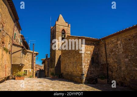 Il campanile della chiesa medievale dei Santi Cerbone e Michele (Santi Cerbonio e Michele) del XII secolo, la chiesa parrocchiale principale di Montorsaio in