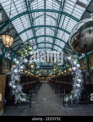Apple Market a Covent Garden, Londra con decorazioni natalizie.