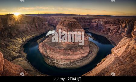 Curva a ferro di cavallo è una forma a ferro di cavallo incisa meandro del fiume Colorado si trova vicino alla città di pagina, Arizona, negli Stati Uniti.