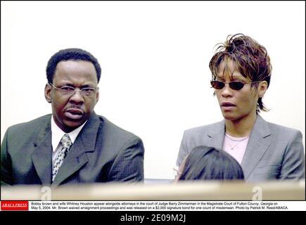 La leggenda pop vincitrice di Grammy e l'attrice Whitney Houston sono state trovate morte a Beverly Hills. Aveva 48 anni. Le notizie di shock sono venuto mentre l'industria della musica si è riunita a Los Angeles per la mostra annuale dei premi Grammy domenica 12 febbraio 2012 e alcune ore prima di una tradizionale cena pre-Grammy nell'hotel dove Houston è morto. File photo : Bobby Brown e la moglie Whitney Houston appaiono accanto agli avvocati alla corte del giudice Barry Zimmerman nella Corte Magistrata di Fulton County, Georgia il 5 maggio 2004. Il Sig. Brown ha rinunciato alle procedure di arraignment ed è stato rilasciato con un titolo di firma da 2,000 dollari per un conto o Foto Stock