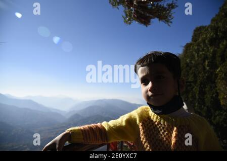 Neve panoramica Himalaya montagna vista da Hindu Lord Shiva Mukteshwar Tempio situato nel distretto Nainital Uttarakhand stato.