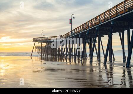 Pismo Beach, California/USA - 1 gennaio 2021. Tramonto sulla spiaggia e sul molo. Un iconico molo in legno della California lungo 370 metri nel cuore del Pismo Foto Stock