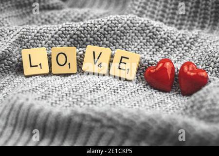 Concetto di cuore rosso di San Valentino, composizione scrabble con amore di parola, coppia, biglietto d'auguri, spazio di copia macro Foto Stock