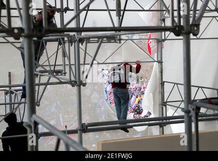 I manifestanti Pro-Trump salgono su impalcature mentre tentano di far tempesta al Campidoglio degli Stati Uniti durante un rally per contestare la certificazione dei risultati delle elezioni presidenziali degli Stati Uniti del 2020 da parte del Congresso degli Stati Uniti, a Washington, U.S, 6 gennaio 2021. REUTERS/Shannon Stapleton