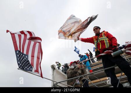 I manifestanti Pro-Trump hanno ondulato bandiere, mentre tentano di far tempesta al Campidoglio degli Stati Uniti, durante un rally per contestare la certificazione dei risultati delle elezioni presidenziali degli Stati Uniti del 2020 da parte del Congresso degli Stati Uniti, a Washington, U.S, 6 gennaio 2021. REUTERS/Shannon Stapleton