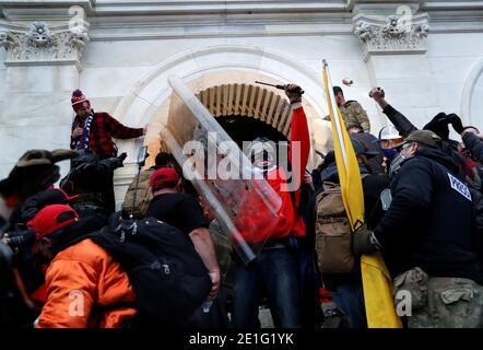 I manifestanti Pro-Trump si abbattono sul Campidoglio degli Stati Uniti durante gli scontri con la polizia, durante un rally per contestare la certificazione dei risultati delle elezioni presidenziali degli Stati Uniti del 2020 da parte del Congresso degli Stati Uniti, a Washington, U.S, 6 gennaio 2021. REUTERS/Shannon Stapleton