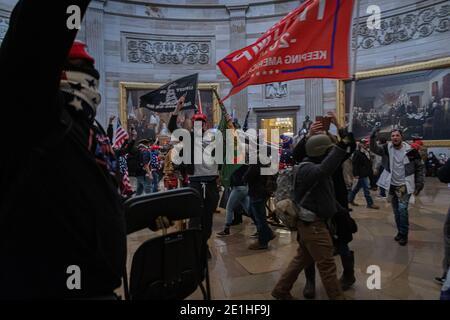 Washington DC, Stati Uniti. 06 gennaio 2021. Manifestanti pro-Trump all'interno del Campidoglio degli Stati Uniti. Il 6 gennaio 2021, i sostenitori di Pro-Trump e le forze di estrema destra hanno inondato Washington DC per protestare contro la perdita delle elezioni di Trump. Centinaia di persone hanno violato il Campidoglio degli Stati Uniti, circa 13 sono state arrestate e un protestante è stato ucciso. (Foto di Michael Nigro/Pacific Press) Credit: Pacific Press Media Production Corp./Alamy Live News