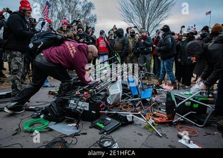 Washington DC, Stati Uniti. 06 gennaio 2021. I manifestanti Pro-Trump hanno attaccato la piscina di stampa fuori dall'edificio del Campidoglio e poi hanno distrutto i loro attrezzi di produzione televisiva. Il 6 gennaio 2021, i sostenitori di Pro-Trump e le forze di estrema destra hanno inondato Washington DC per protestare contro la perdita delle elezioni di Trump. Centinaia di persone hanno violato il Campidoglio degli Stati Uniti, circa 13 sono state arrestate e un protestante è stato ucciso. (Foto di Michael Nigro/Pacific Press) Credit: Pacific Press Media Production Corp./Alamy Live News