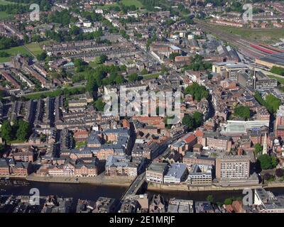 Vista aerea dell'entrata della città di York dall'alto del fiume Ouse guardando verso est su basso Ousegate e alto Ousegate da Bridge Street Foto Stock