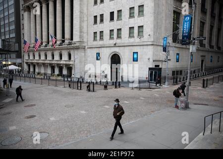 New York, Stati Uniti. 8 gennaio 2021. I pedoni camminano di fronte alla Borsa di New York (NYSE), a New York, Stati Uniti, 8 gennaio 2021. I datori di lavoro degli Stati Uniti hanno ridotto 140,000 posti di lavoro a dicembre, il primo declino mensile da aprile 2020, come i recenti picchi COVID-19 hanno interrotto la ripresa del mercato del lavoro, il Dipartimento del lavoro ha riferito Venerdì. Secondo il rapporto mensile sull'occupazione, il tasso di disoccupazione, che ha registrato una tendenza al calo negli ultimi sette mesi, è rimasto invariato al 6.7 per cento. Credit: Michael Nagle/Xinhua/Alamy Live News
