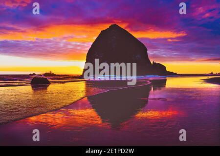 Colorato Sunset Haystack Rock Sea Stack Canon Beach Clatsap County Oregon. Originariamente scoperto da Clark di Lewis Clark nel 1805