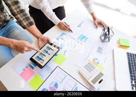 i giovani dirigenti aziendali lavorano con un nuovo progetto di startup che lavora con un piano sulla scrivania dell'ufficio e con un moderno computer digitale.