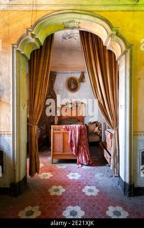 Camera da letto in una casa abbandonata e Derelict Foto Stock