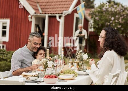 Famiglia avente pasto nel giardino