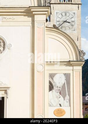 Foto di Papa Giovanni Paolo i, nato a canale d'Agordo. La chiesa di canale d'Agordo in Val Biois . Europa, Europa centrale, Italia