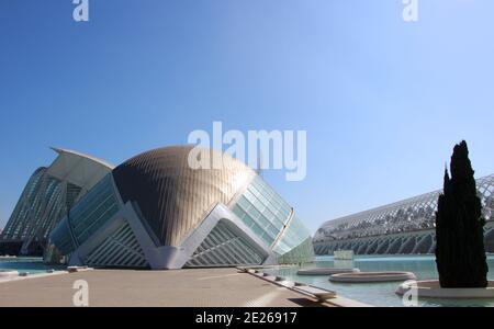 Hemisferic edificio vista Città delle Arti e delle Scienze su un Giornata di sole architettura moderna Valencia Spagna