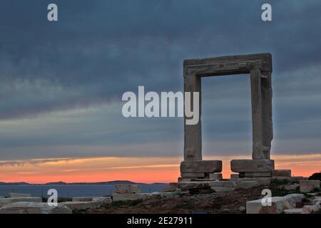 Il Portara (tempio di Apollo) sull'isola di Naxos, le isole delle Cicladi, la Grecia, l'Europa