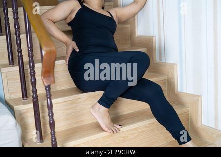 Donna di mezza età asiatica paziente caduta giù le scale perché superfici scivolose
