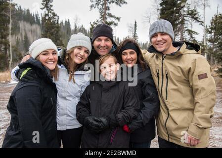 La famiglia si ritrova in un'escursione invernale. Un ritratto semplice e informale mentre vi godete un'escursione invernale.