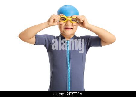 Ragazzo in una muta indossando occhiali da bagno isolati sfondo bianco Foto Stock