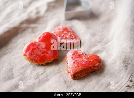 Biscotti rossi a forma di cuore fatti a mano . Concetto di San Valentino.