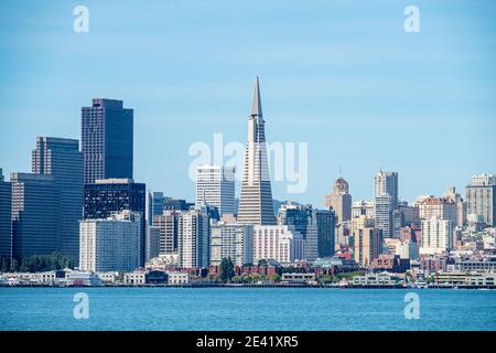 Baia di San Francisco e skyline del centro di San Francisco, California, Stati Uniti.