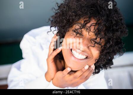 Allegro felice giovane donna ritratto - nero africano bella ragazza sorridi e goditi la fotocamera all'aperto - denti perfetti e. bellezza pelle e capelli femmina africana Foto Stock