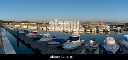 Barbate, Andalusia - 18 gennaio 2021: Vista panoramica del porto e porto di Barbate al tramonto