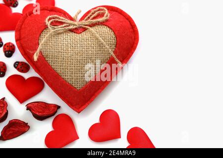 Composizione vista dall'alto, cuori rossi fatti di decorazione in cotone, regalo di San Valentino, concetto d'amore in alto a sinistra di sfondo bianco, Copy Space, Spa Foto Stock