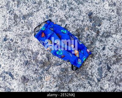 Maschere colorate blu per bambini a terra. Inquinamento da virus corona. Covid19.