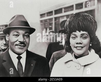 Dr. Martin Luther King Jr. Con sua moglie Coretta Scott King, ritratto testa e spalle, rivolto verso la parte anteriore. STATI UNITI. 1964