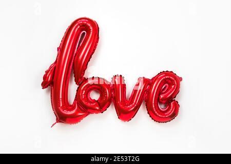 Rosso oro parola AMORE fatto di palloncini gonfiabili isolato su sfondo bianco. Le lettere rosse del pallone di alluminio, concetto di romanticismo, San Valentino, madri