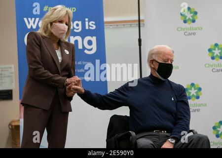 Jill Biden (L) detiene la mano del presidente eletto degli Stati Uniti Joe Biden dopo aver ricevuto una vaccinazione Covid-19 presso il campus di Christiana Care a Newark, Delaware, il 21 dicembre 2020. Credit: Alex Edelman/The Photo Access