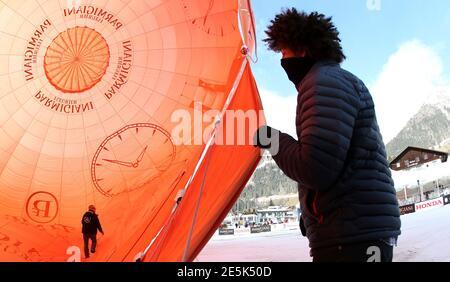 I mongolfiere controllano la loro mongolfiera prima della 36a settimana internazionale della mongolfiera a Chateau-d'Oex 1 febbraio 2014. Oltre 100 palloncini da 15 paesi sono stati supposti di prendere parte all'evento che è stato finalmente annullato a causa di alti venti in altitudine. REUTERS/THOMAS HODEL (SVIZZERA - TAGS: SOCIETÀ DEI TRASPORTI TPX IMMAGINI DEL GIORNO)
