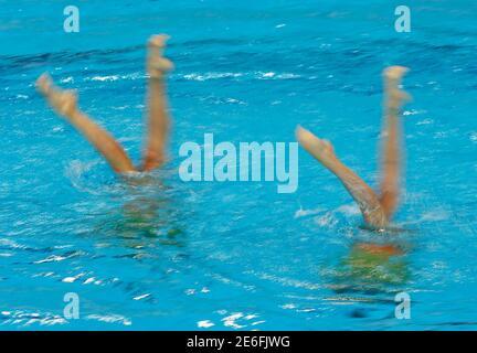 Nuoto- European Aquatics Championships- Londra, Gran Bretagna, 13/5/2016. Linda Cerruti e Costanza ferro in Italia si contendono durante la gara finale tecnica del duetto di nuoto sincronizzato. REUTERS/Andrew Boyers