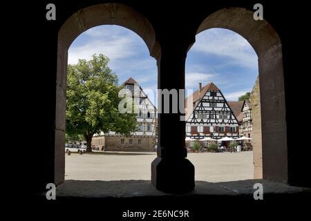 Monastero di Maulbronn, Germania (chiostro): È un'ex abbazia cistercense situata a Maulbronn, Baden-Württemberg.